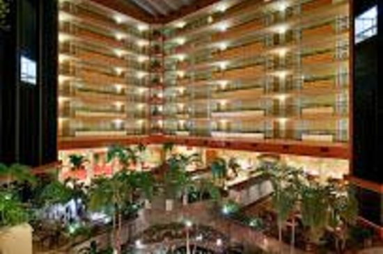 Embassy Suites by Hilton San Juan Hotel & Casino: Interior VIew from the Lobby Area