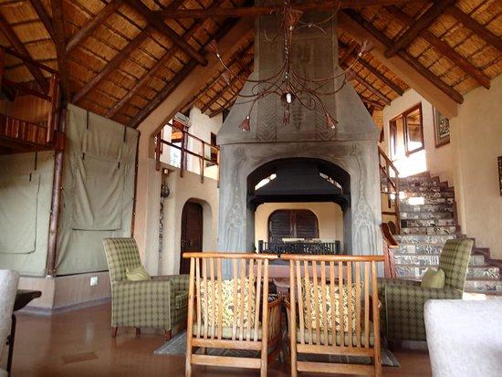 Lukimbi Safari Lodge: Sitting area of the main lodge.