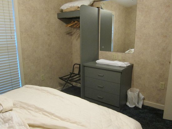 Carr's Northside Cottages & Motel : in room where you can do your hair