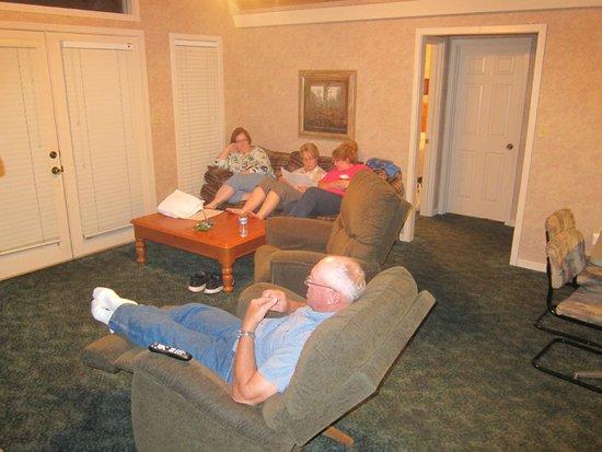 Carr's Northside Cottages & Motel : living room