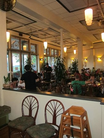 Cafe Pesto Hilo Bay : Eclectic ambiance!