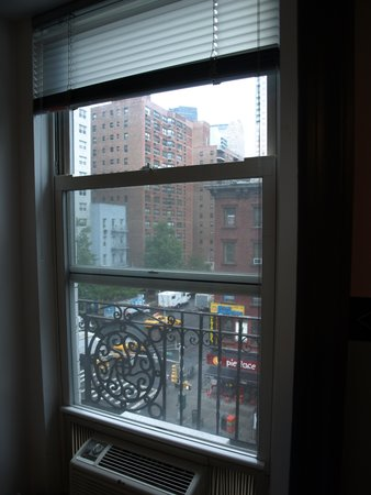 New York Budget Inn: Our window view from the fifth floor