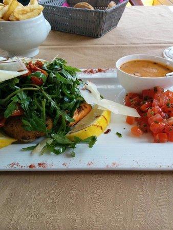 L'Amandier Restaurant : Dos de saumon avec salade et tomates confites ..