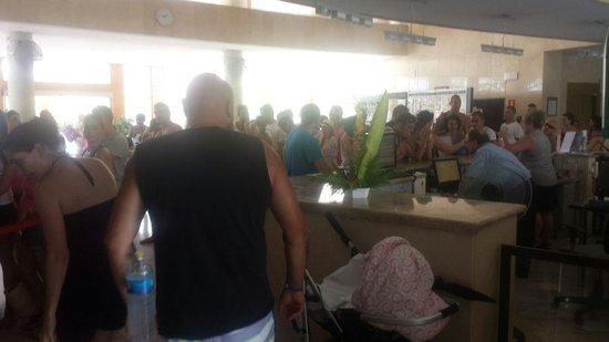 Albir Garden Resort : Cola para entrar a comer (el comedor YA estaba lleno)