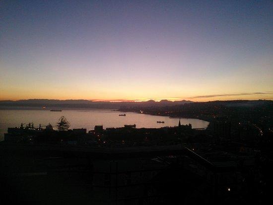 Hotel Boutique Acontraluz: Dawn over Valparaiso