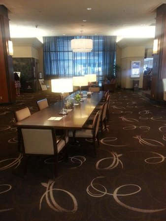 Sheraton Gateway Hotel in Toronto International Airport : Table in lobby area