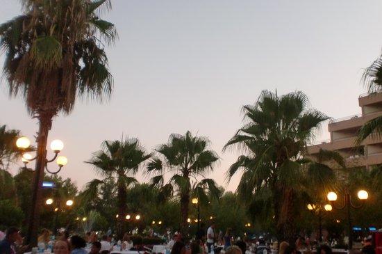 Grand Prestige Hotel & Spa : gezellig eten s'avonds in een mooie tuin