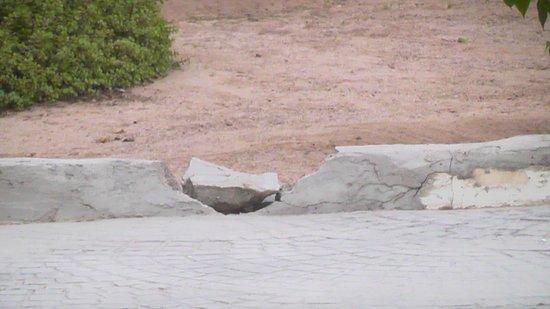 Reef Oasis Beach Resort : Broken walls around resort