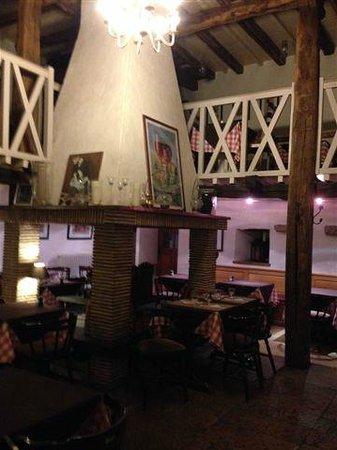 l'Oree du Bois: Big fireplace in center of the restaurant