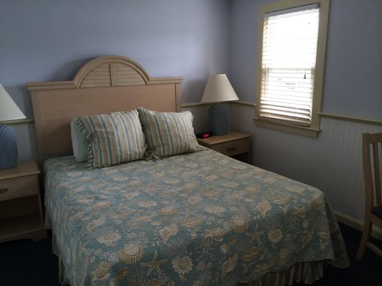 Colony Beach Motel: Main bedroom - Room 27