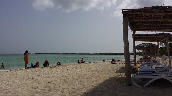 Pestana Cayo Coco All Inclusive Beach Resort : Les cubains locaux installés sur la plage