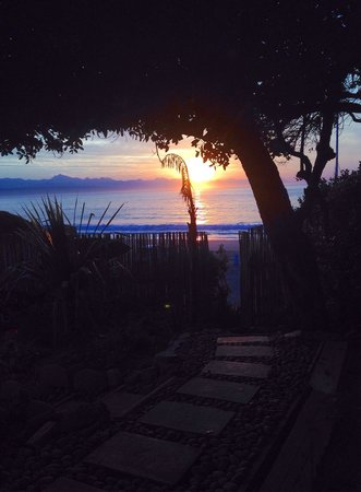 Backpackers Beach House Lodge: Sunrise from the 'room with a view'