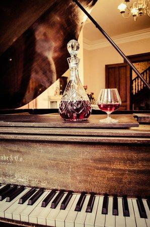 Queen Anne Inn: Piano Room
