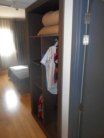 Hotel Cisneros: Armario