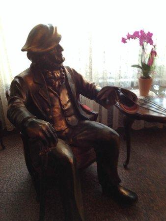 Hotel Bayerischer Hof: Statue of Wagner in lobby