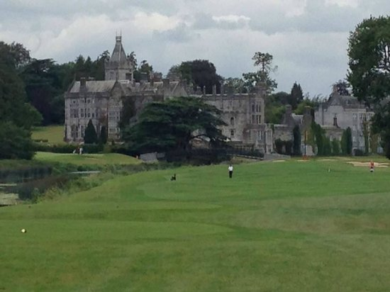 Adare Manor Hotel & Golf Resort: Coming up on the 18th hole, par 5 over the River Maigue