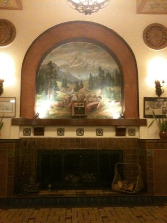 Hassayampa Inn: Historic fireplace at lobby