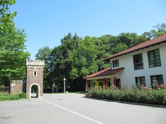 Kim Hotel Im Park: frente com parte da ruína do antigo castelo