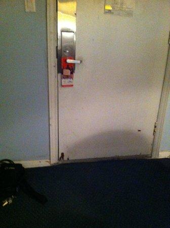 Airport Inn: Dirty looking door