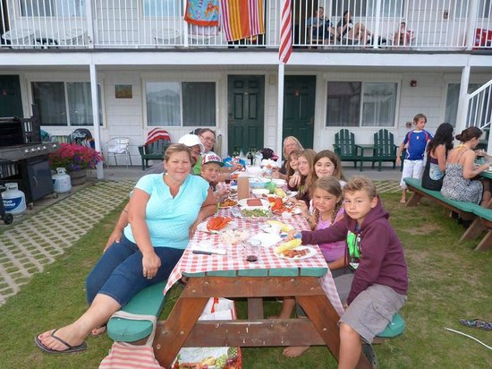 Beach Gardens Motel and Suites: Great BBQ Corn on the cob, Lobster and more!!