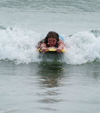 Beach Gardens Motel and Suites: Kids love to surf the waves!