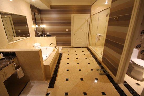 The Palazzo Resort Hotel Casino: Main Bathroom Suite