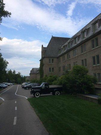Fairmont Le Manoir Richelieu : Parking lot side