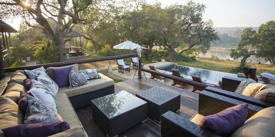 Kurhula Wildlife Lodge: View from the main deck over the swimming pool to the river