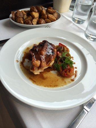La Brasserie du Louvre : Filet de blanc de volaille façon Basquaise. Pommes sautées.