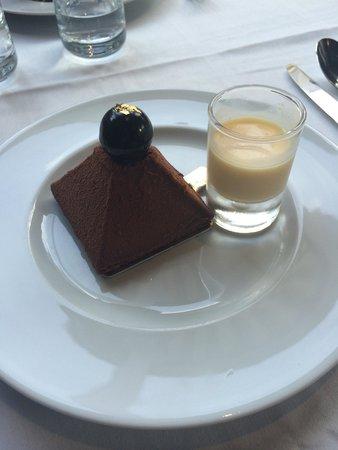 La Brasserie du Louvre : Pyramide de chocolat. Crème anglaise.