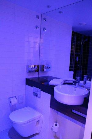 Holiday Inn Express Affoltern Am Albis: Bathroom, blue light