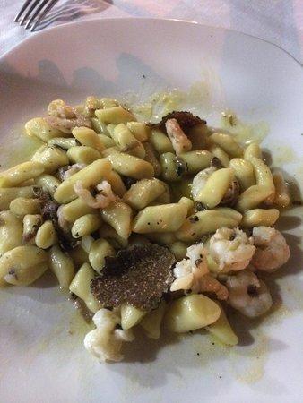 Ristorante Vivere di Mare: Gnocchetti scampi e tartufo fresco...