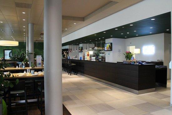 Holiday Inn Express Affoltern Am Albis: Reception and restaurant