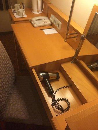 Hotel Hastal Prague Old Town: même le sèche cheveux pour les dames et le miroir tiroir
