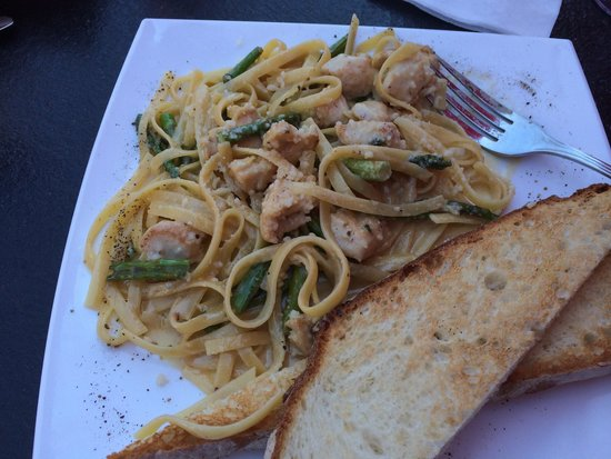 Bellisio's Italian Restaurant and Wine Bar: Lunch fettuccini Alfredo with chicken and sparagus
