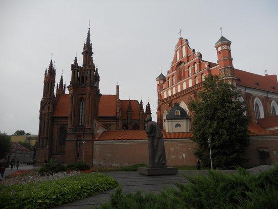 St. Anne's Church: la chiesa in lontananza