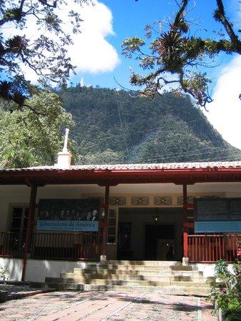 Casa Museo Quinta de Bolivar: Entrada a la casa quinta de Bolívar, al fondo el cerro de Monserrat