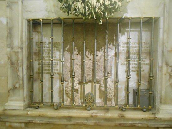 Catedral de Alcalá de Henares: Piedra de los Santos