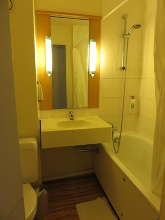 Ibis Caen Herouville Savary: Salle de bain ...