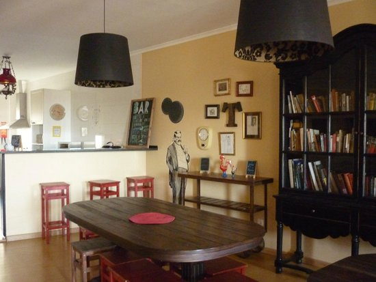 Lisbon Poets Hostel: Cucina sala in comune