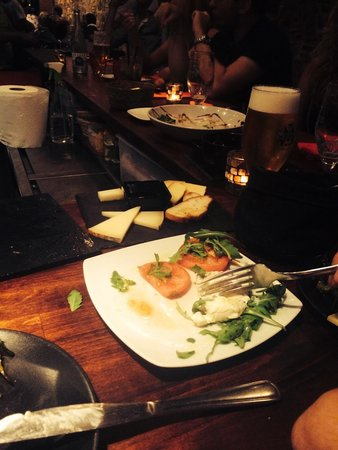 Sensi Tapas: Buratta mit Trüffelöl und käse mit beerensosse