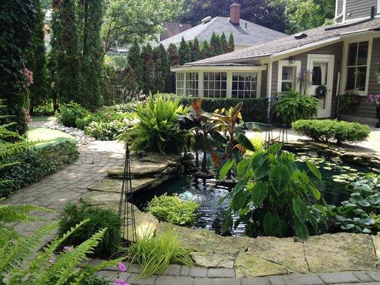 Historic Davy House B&B Inn: Relaxing by the backyard Koi pond.