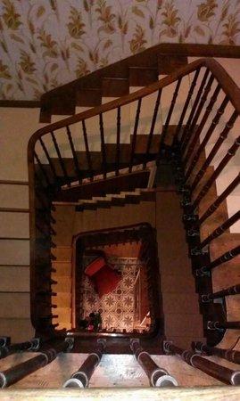 Les Sapins Hotel: Vue sur l'escalier du hall d'en haut.