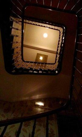 Les Sapins Hotel: Vue sur l'escalier du hall d'en bas.