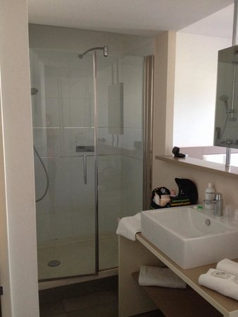 Ibis Styles Pertuis : La salle de bain