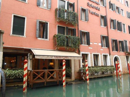 Starhotels Splendid Venice: Vue depuis le pont à côté