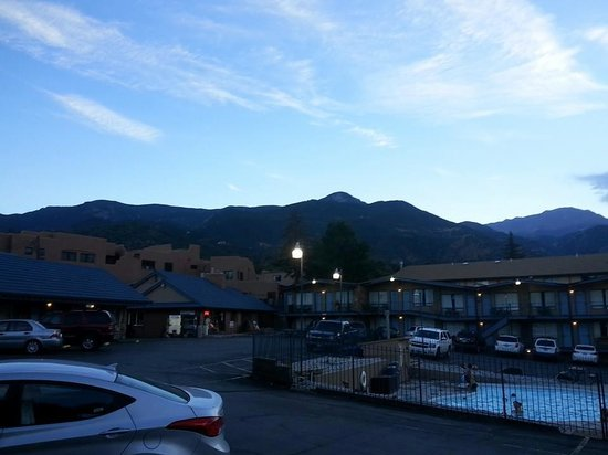 Silver Saddle Motel: A view of Pikes Peak from the hotel.