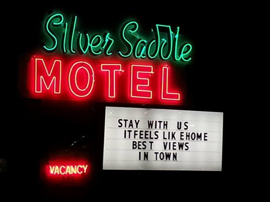 Silver Saddle Motel: Very welcoming as soon as you pull in.