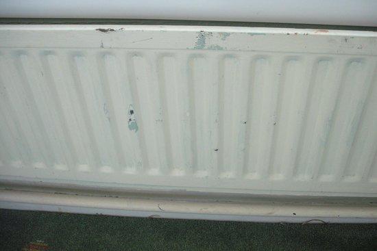 New Osborne Hotel: The radiator had half the paint peeling off.
