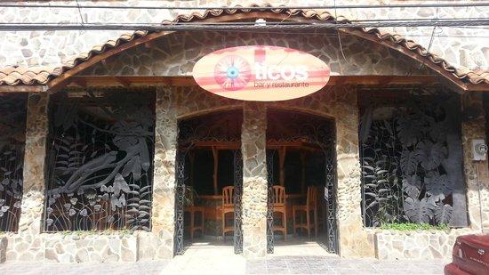 Ticos Bar y Restaurante: C'est vrai que comparé à ce qu'il y a d'habitude à Quepos ça ressort bien.